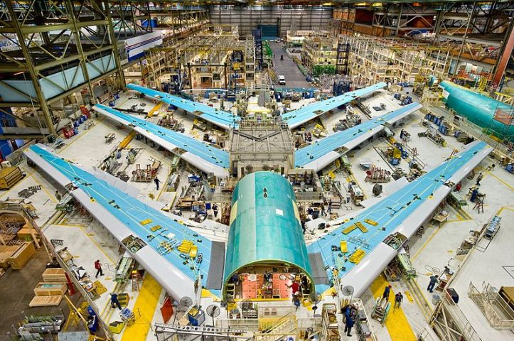 Boeing_747-8_Test_Planes_in_Assembly.jpg